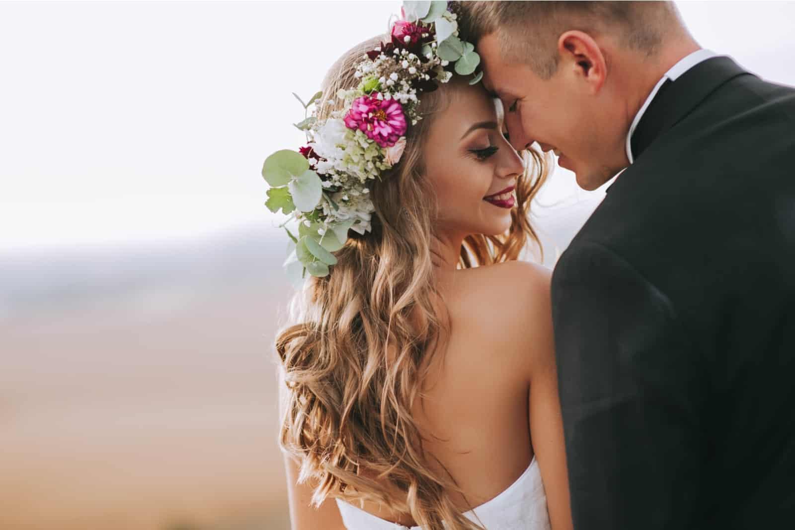 Paar an ihrem Hochzeitstag