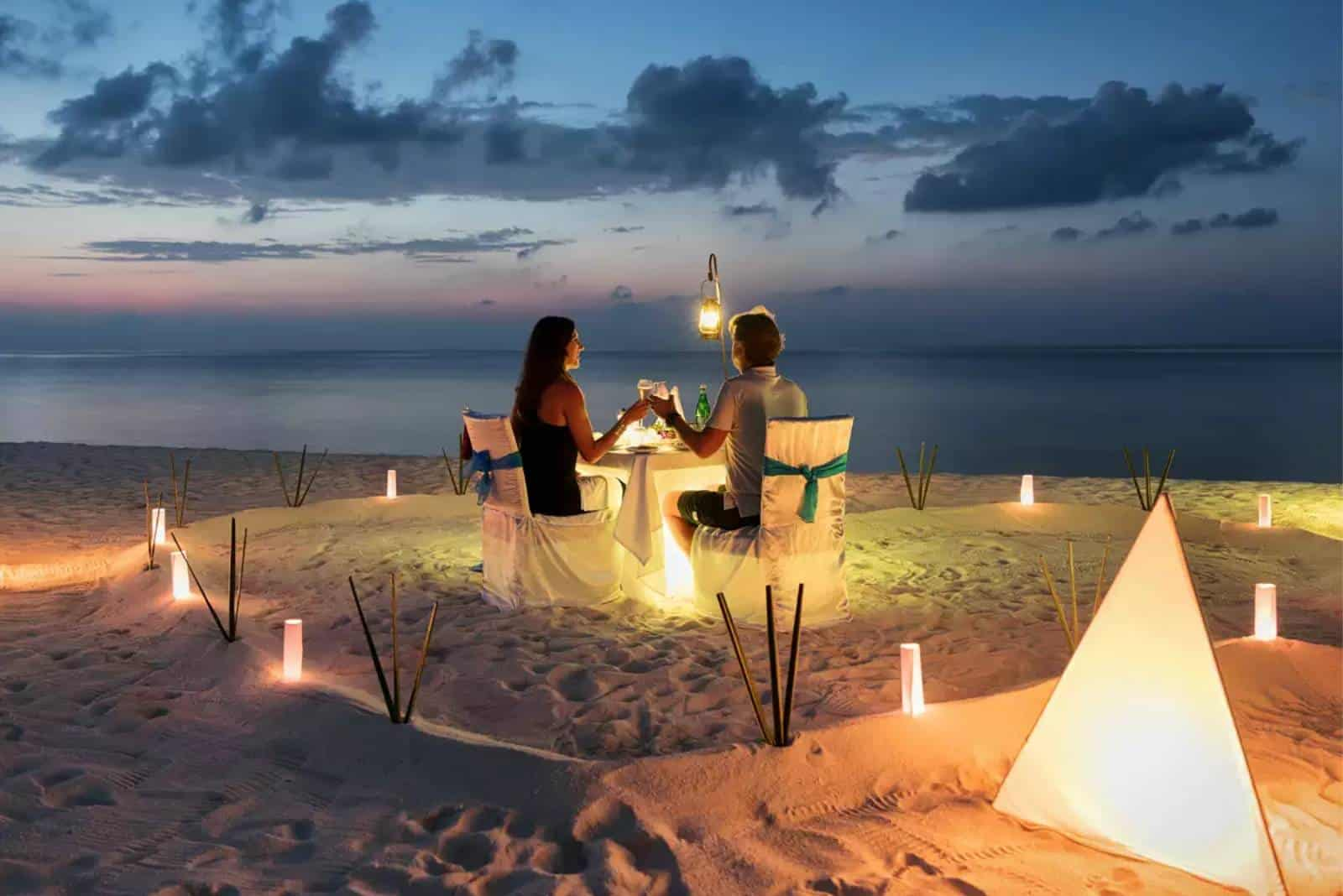 Paar auf Hochzeitsreise am Meer