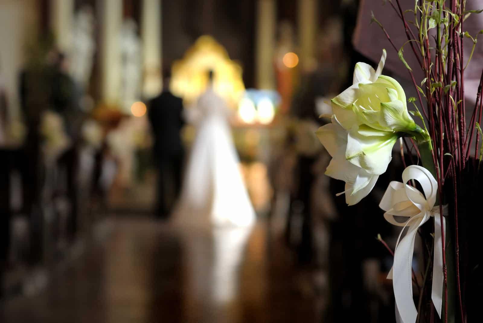 Paar heiratet in der Kirche