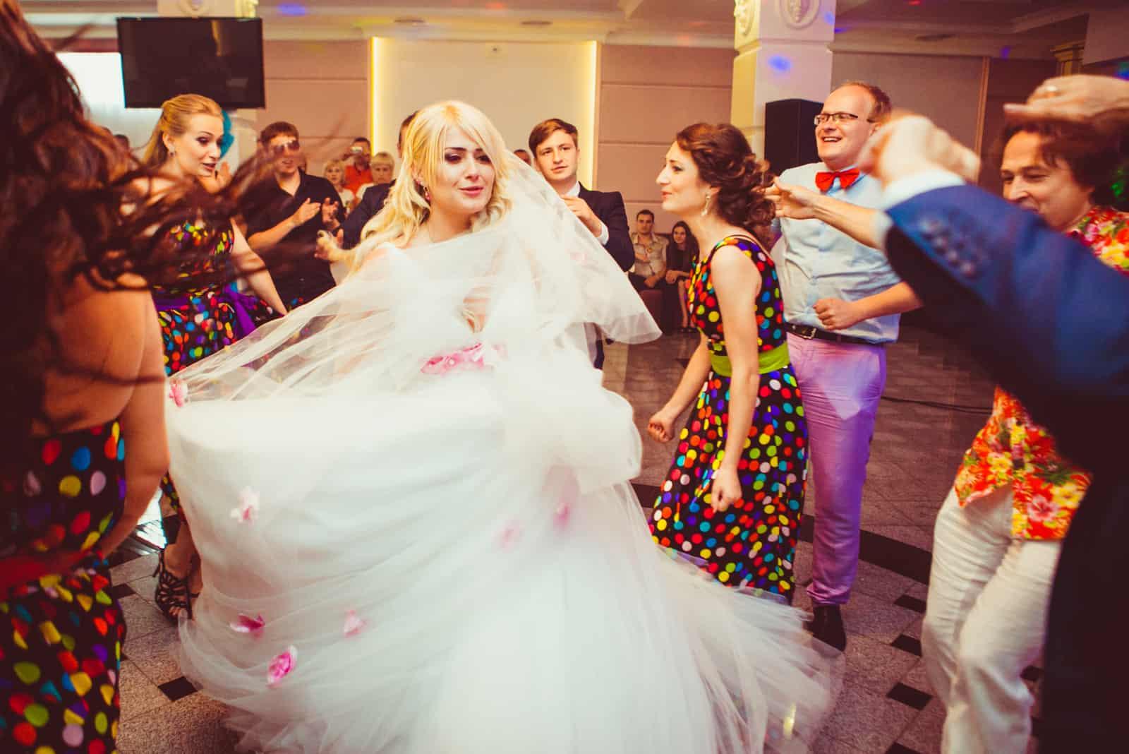 Prächtige Brautwirbel, umgeben von Freunden