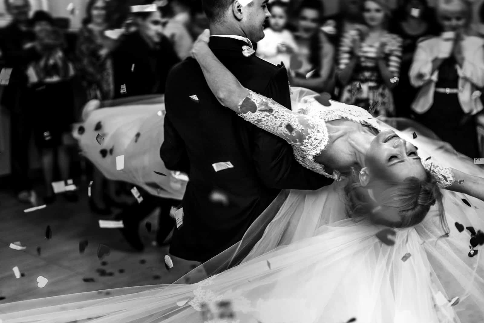 Romantischer Bräutigam und schöne Braut tanzen zuerst