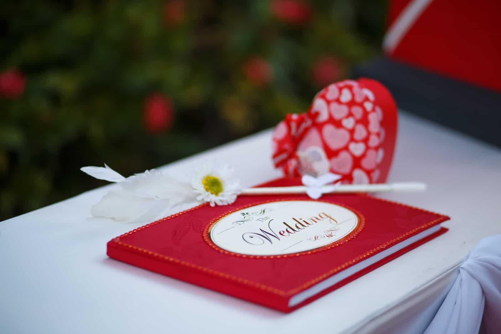 Rotes Hochzeitsgästebuch