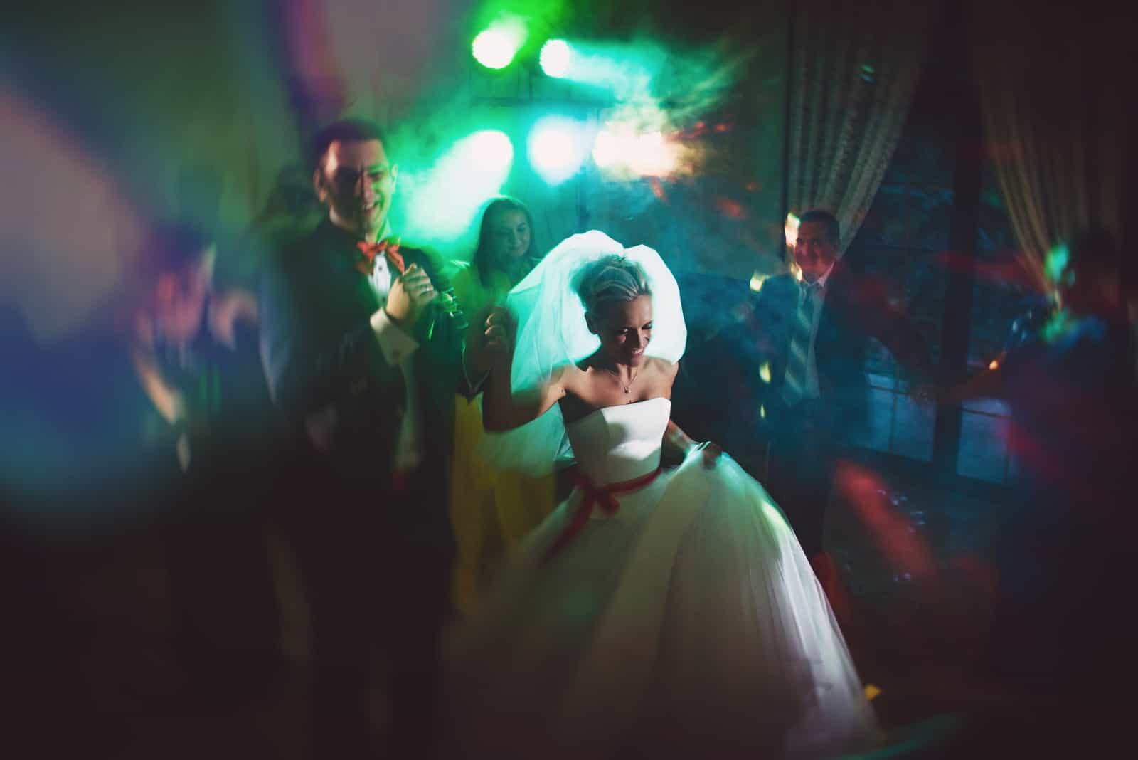 Tanz junge Braut und Bräutigam in der dunklen Halle