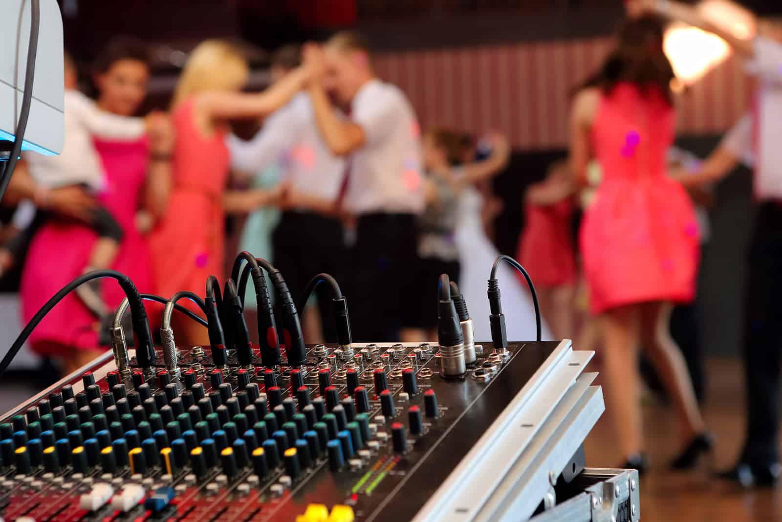 Tanzende Paare während der Party oder Hochzeitsfeier