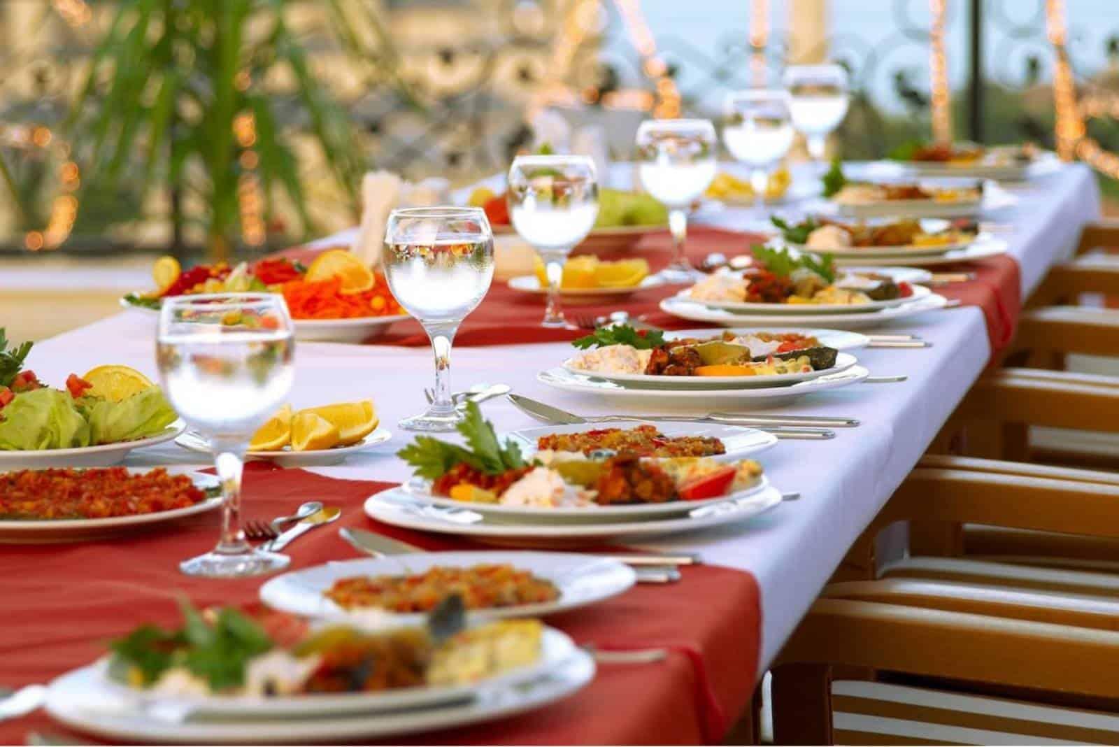 Tisch und Lebensmittel