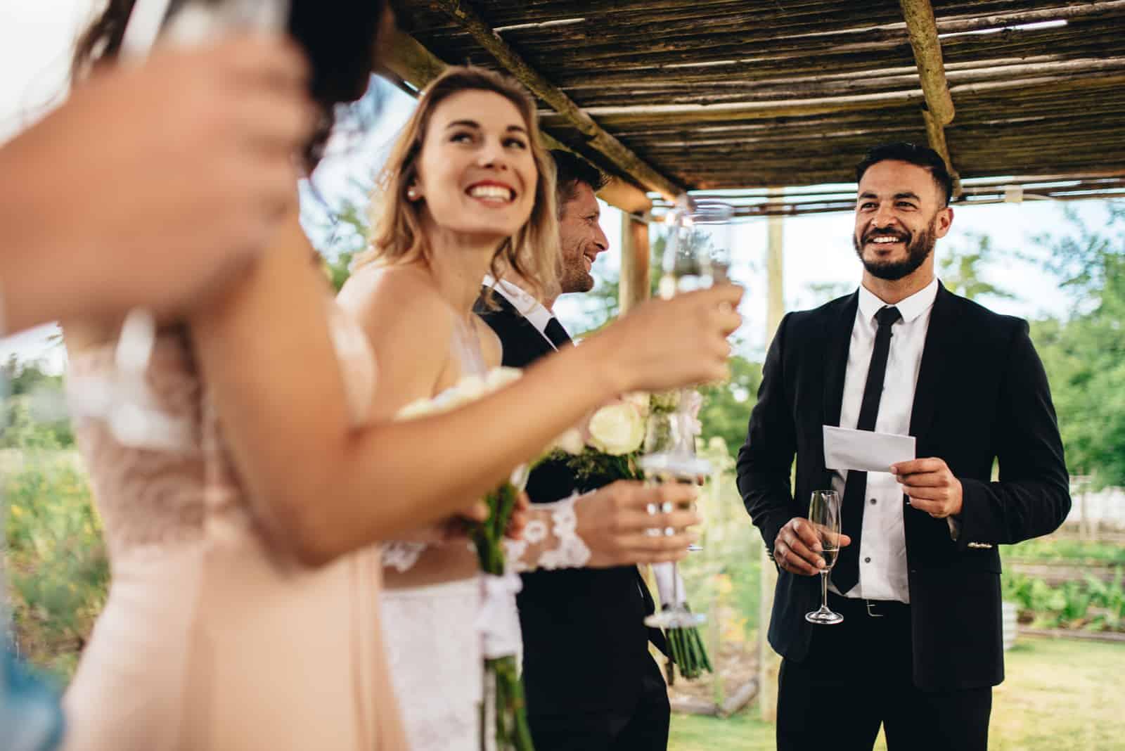 Trauzeuge, die Rede für Toast am Hochzeitsempfang durchführt