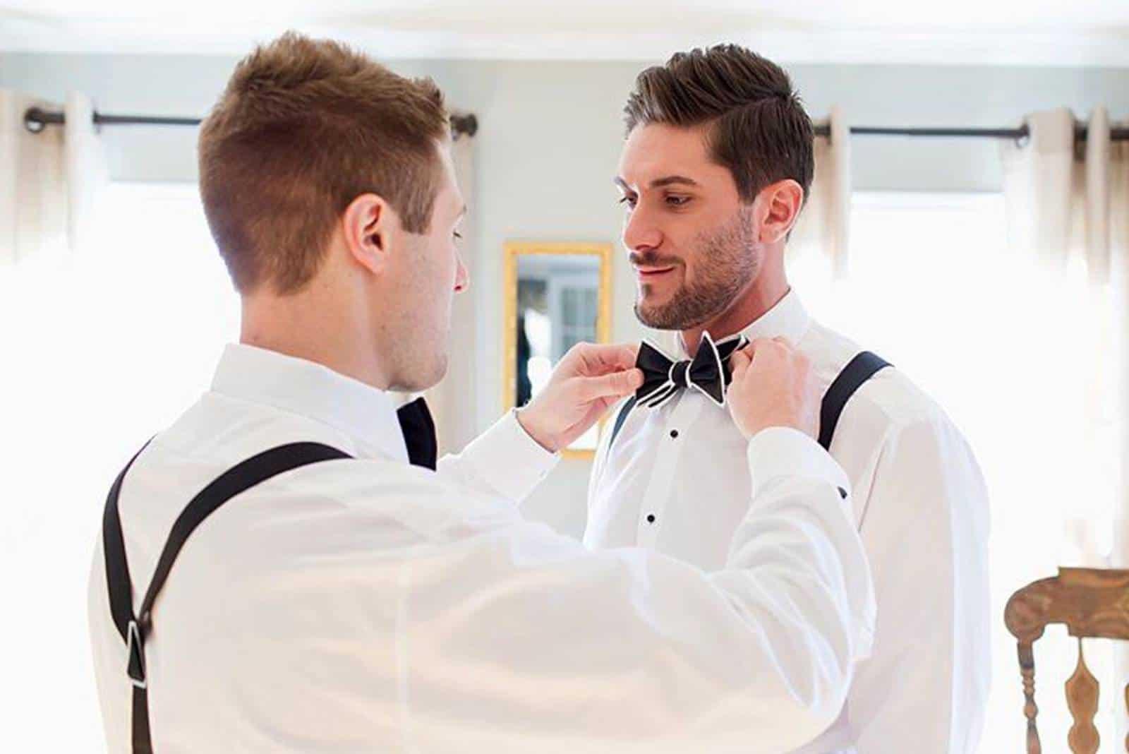 Trauzeuge und Bräutigam wählen Outfit