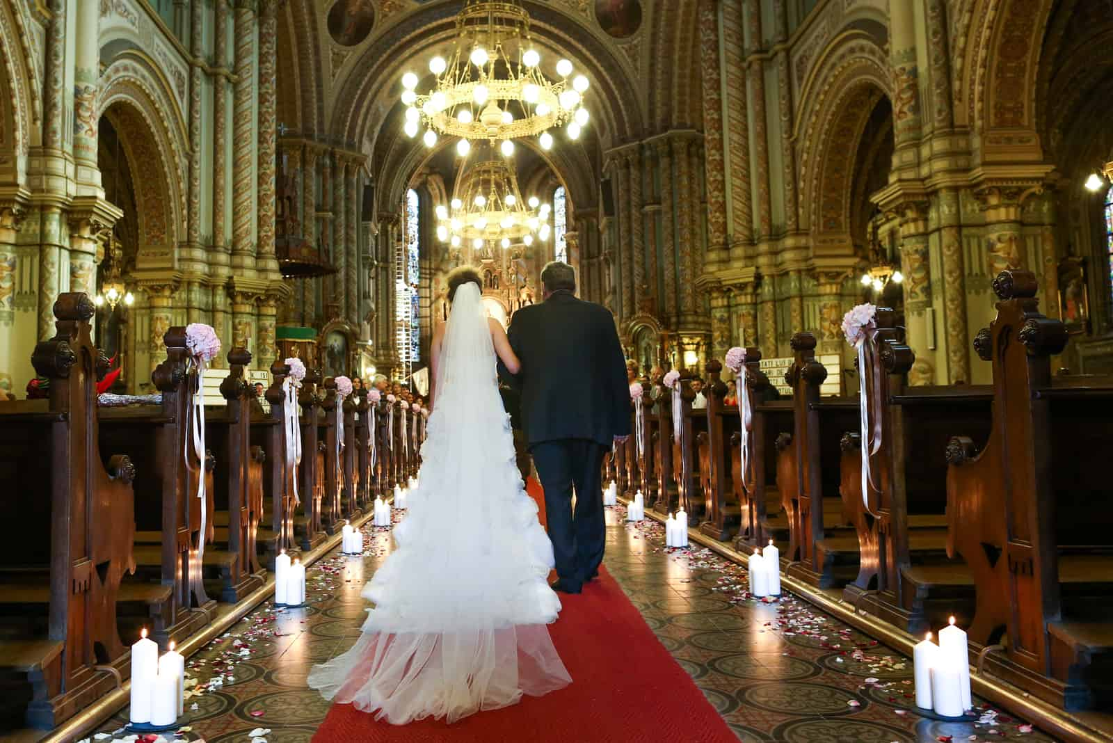 Vater führt seine Tochter zum Altar.