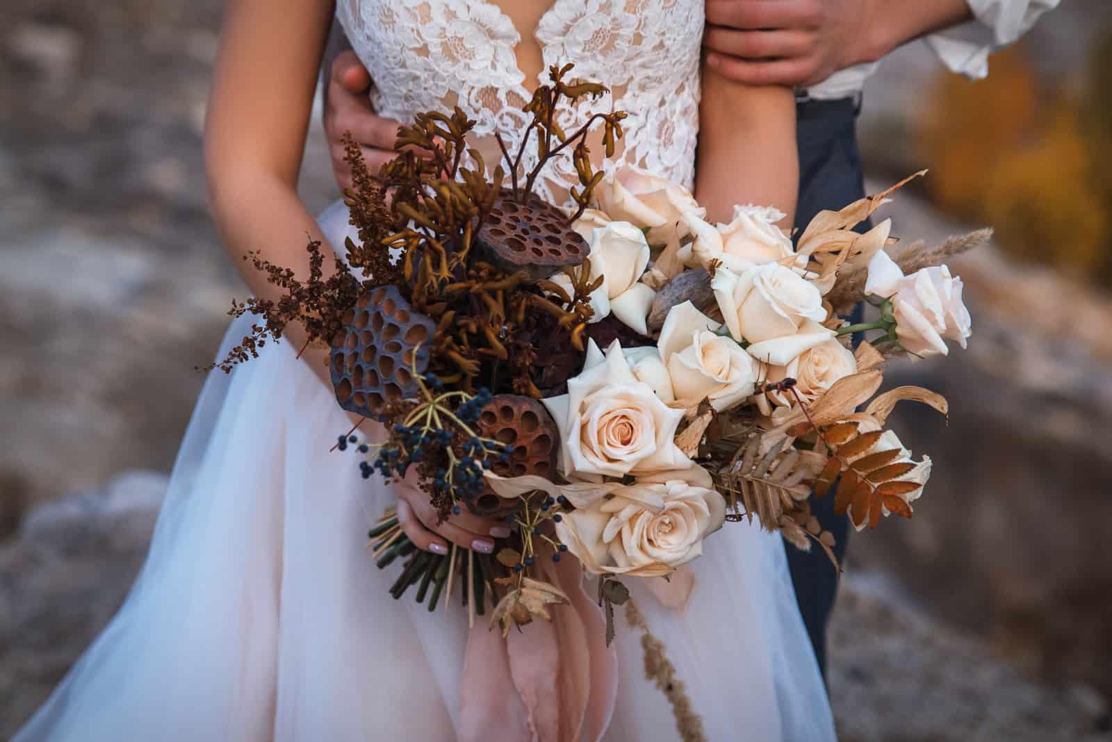 ein Brautstrauß aus getrockneten Blumen
