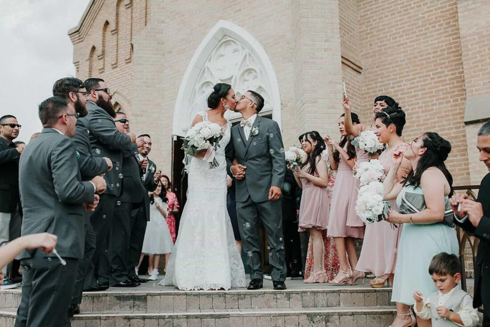 evangelische Hochzeit vor der Kirche