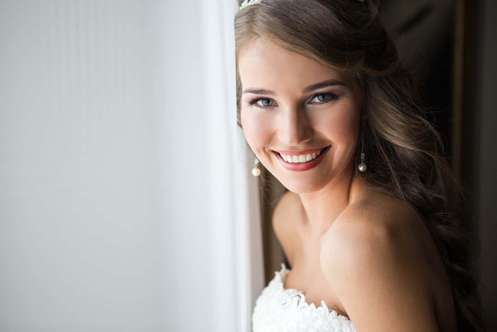 glückliche Braut, die in die Kamera lächelt