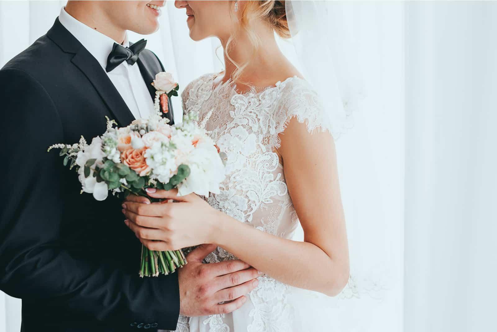 stilvoller Bräutigam mit Bart und schöner Braut, die aufwirft