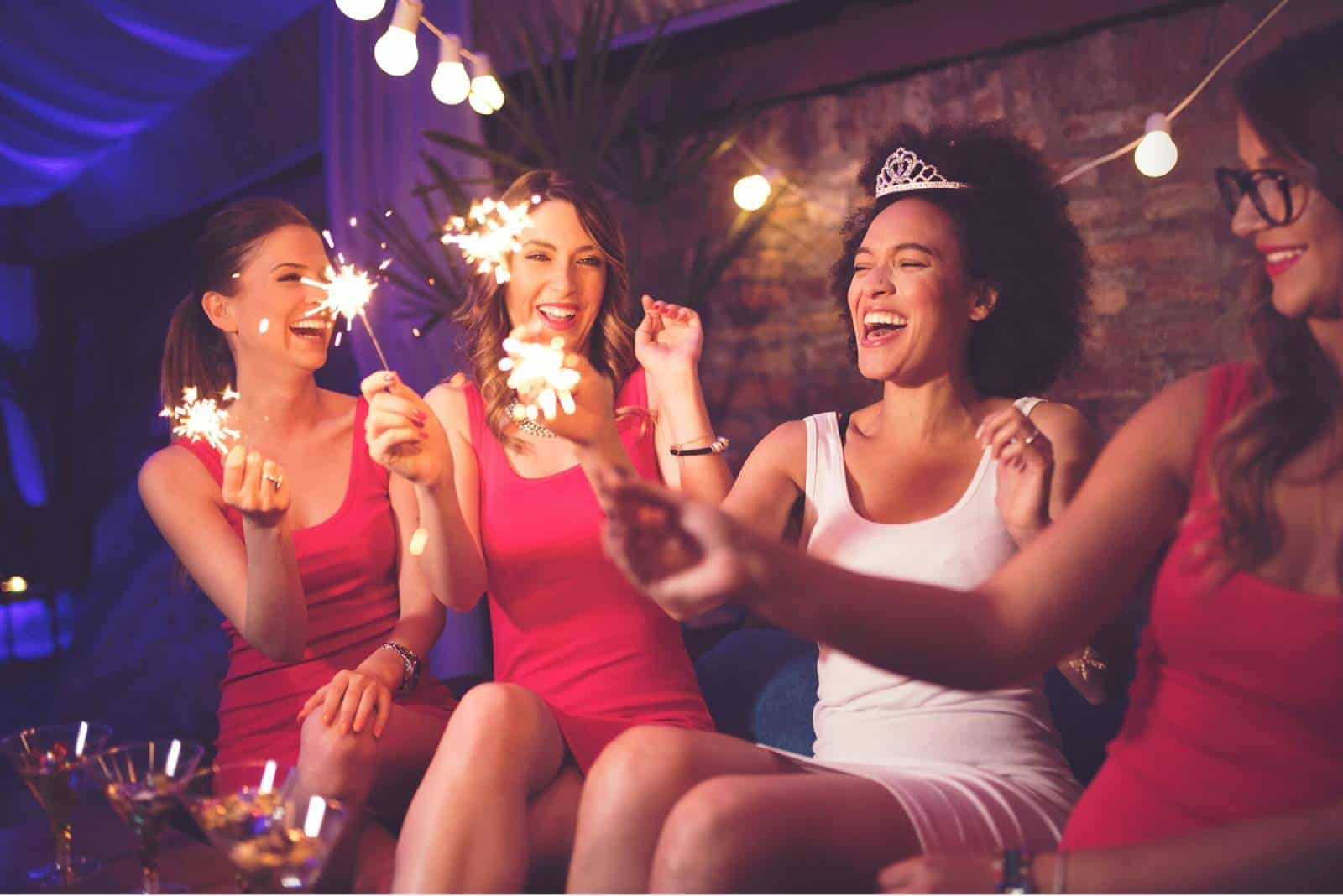 vier Mädchen auf Junggesellenabschied