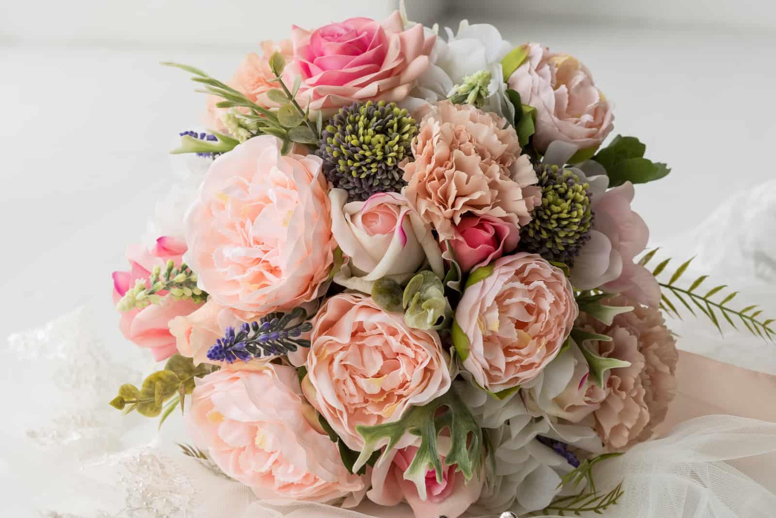 Auf dem Tisch steht ein wunderschöner Hochzeitsstrauß