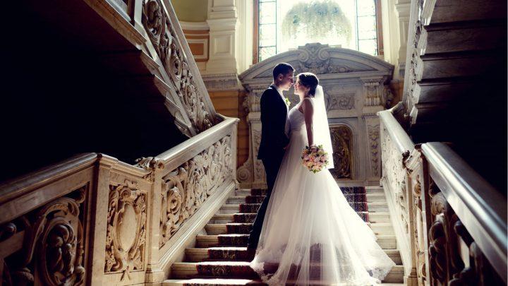 Hochzeitspaar drinnen umarmt sich