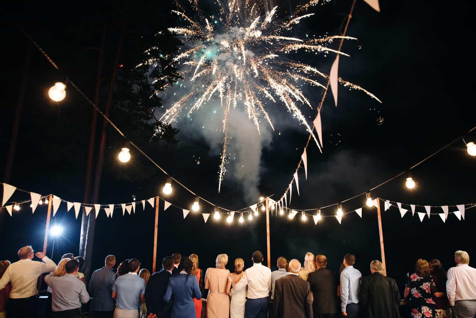 Bei der Hochzeit sehen Gäste und Jungvermählten einen schönen Gruß am Himmel