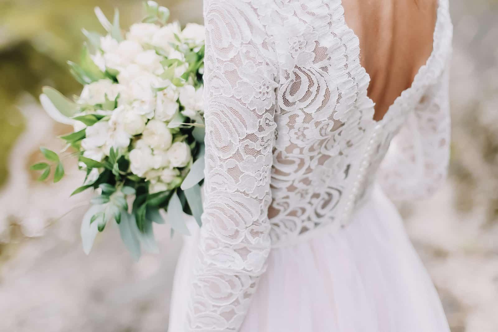 Braut hält einen Hochzeitsstrauß