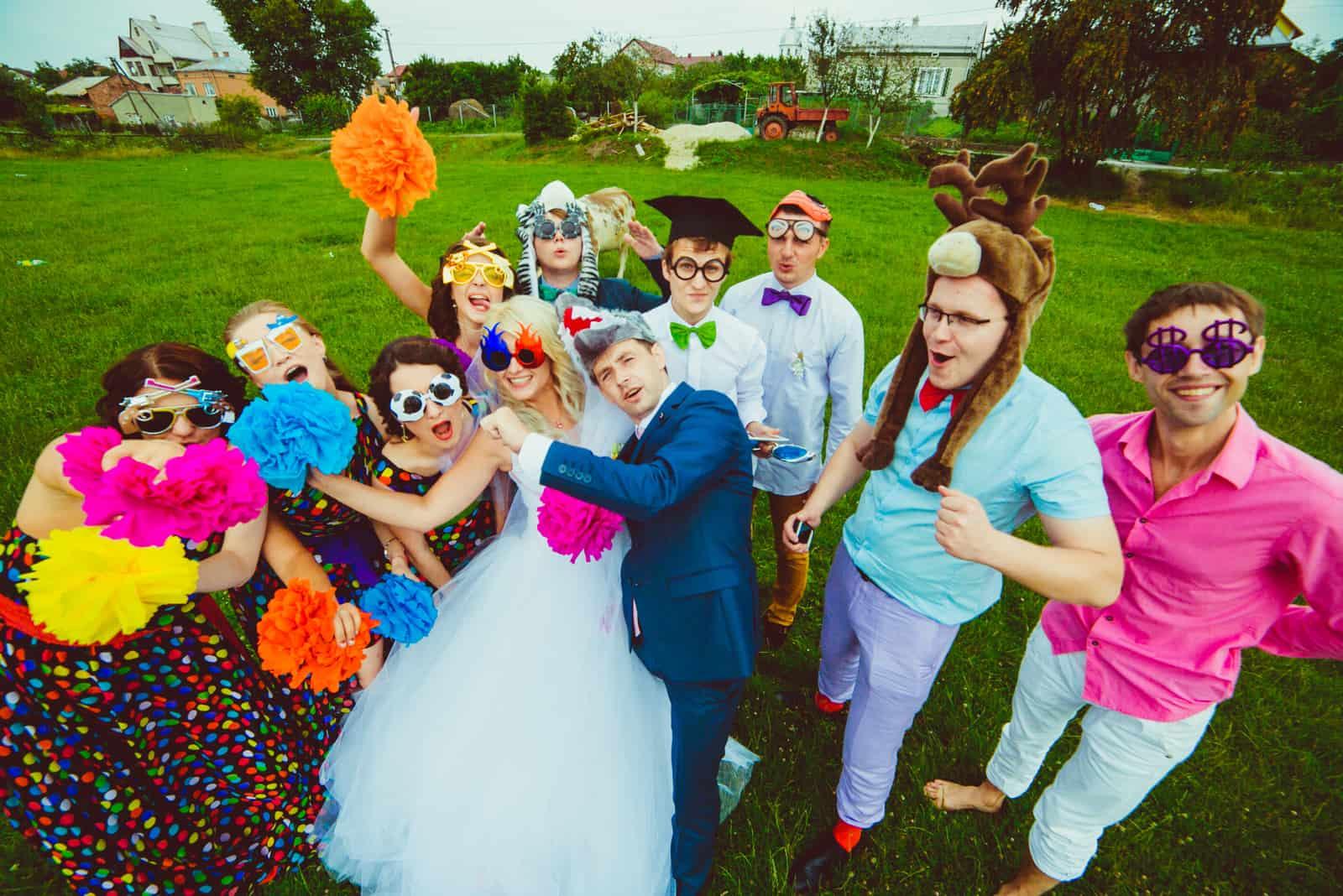 Braut in lustigen Gläsern und Bräutigam in Wolfshut
