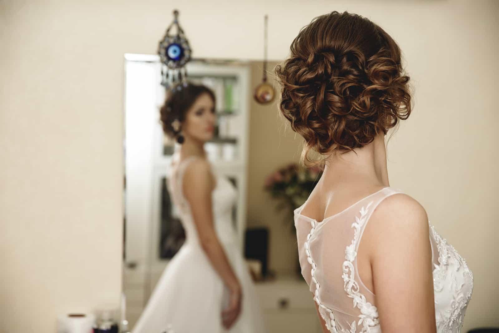 Braut schaut sich in den Spiegel