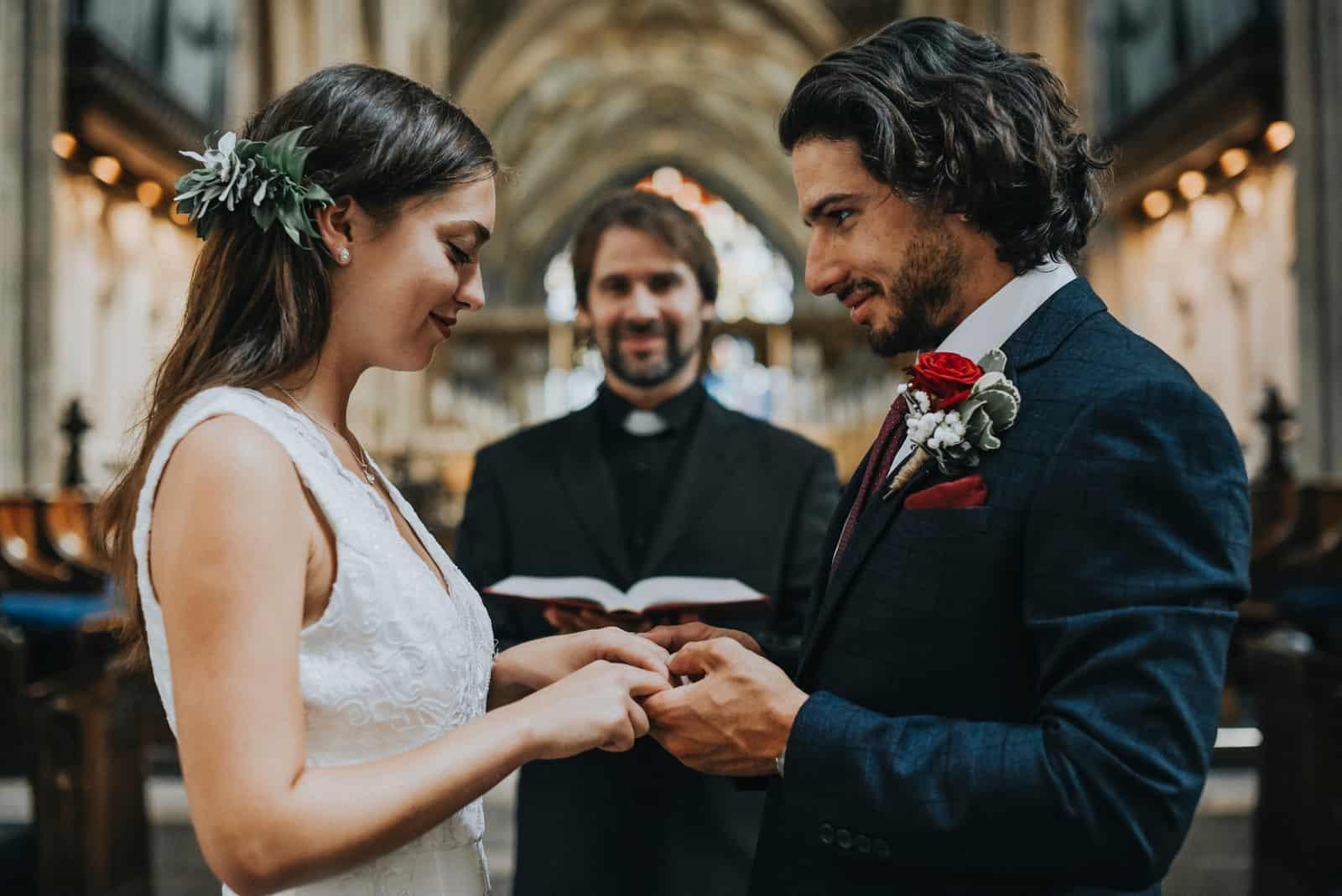 Braut und Bräutigam am Altar kirche