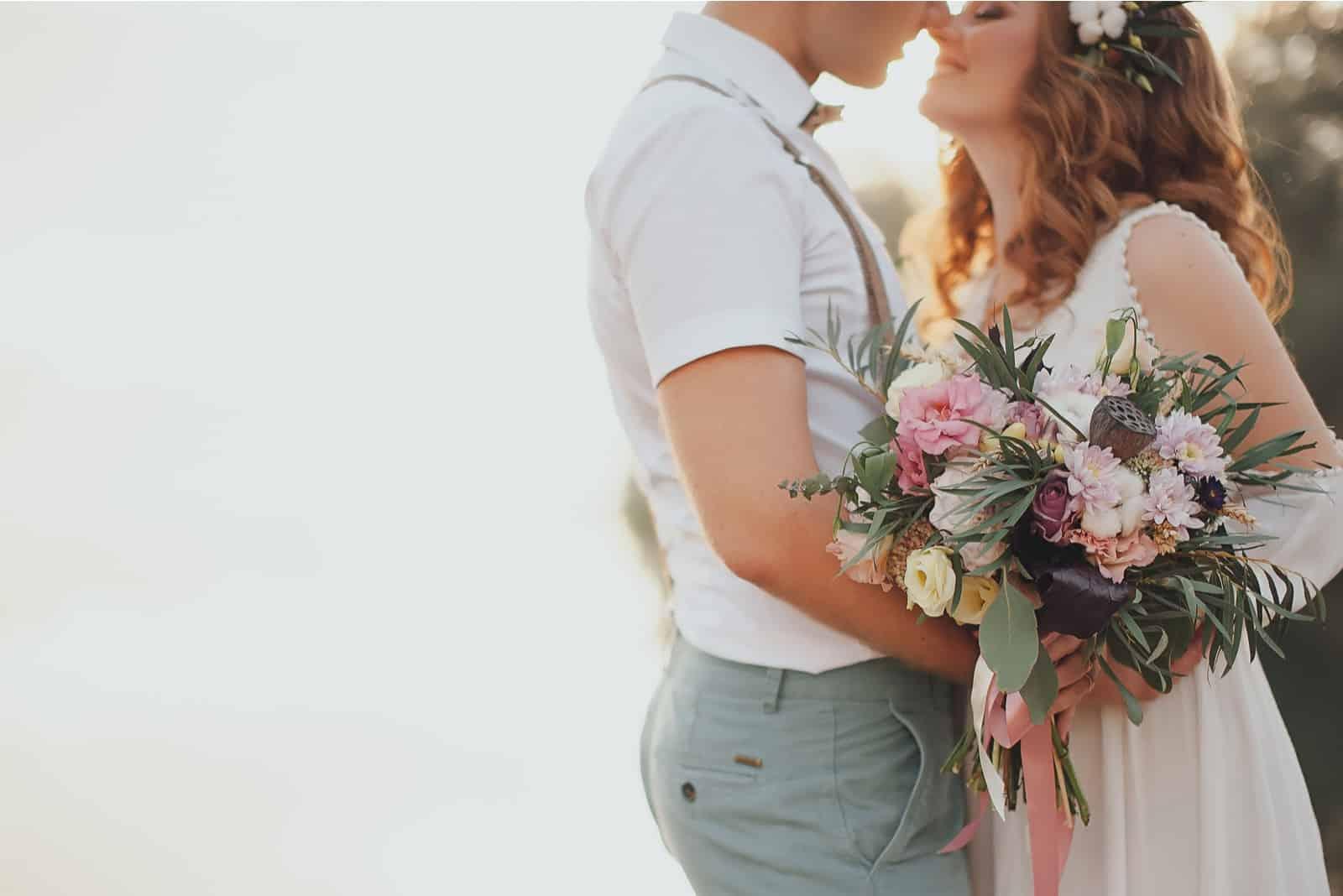 Braut und Bräutigam kuscheln