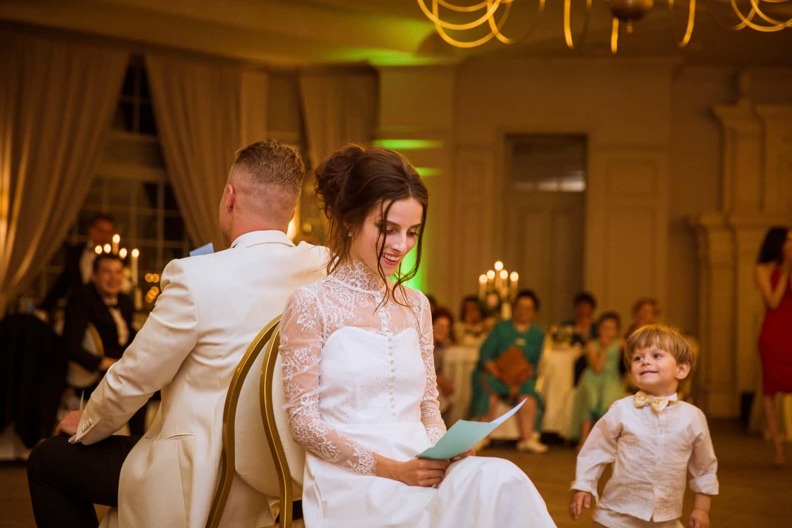 Braut und Bräutigam sitzen auf Stühlen (2)