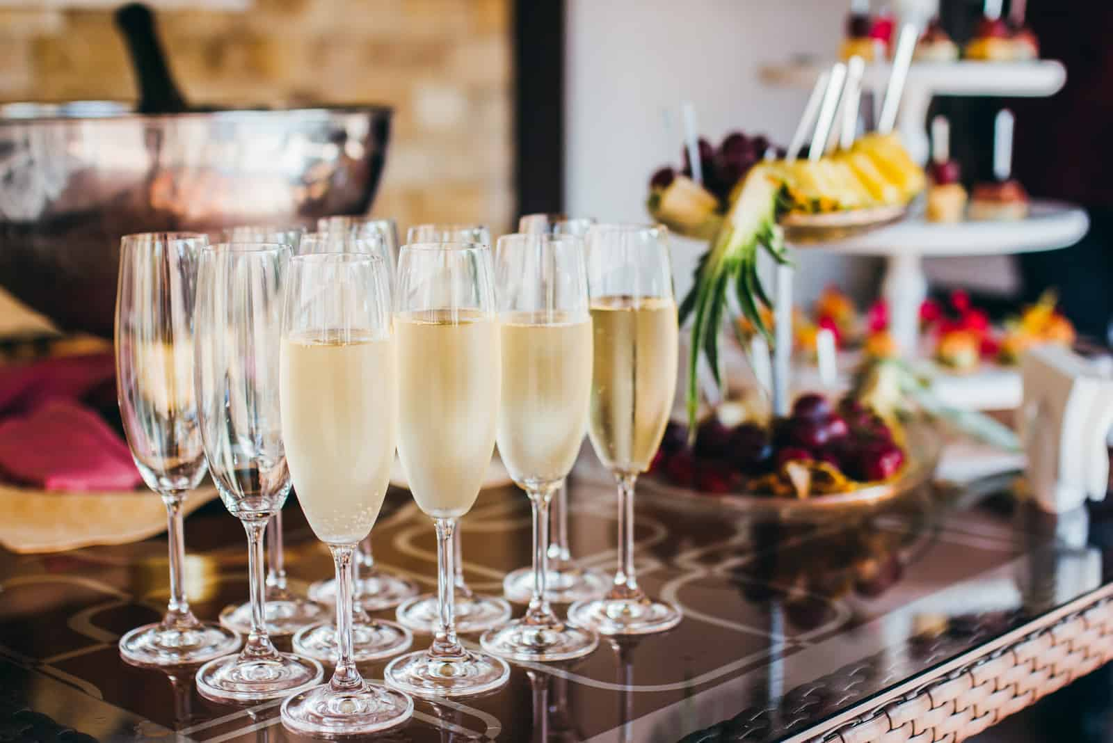 Champagner und Snacks