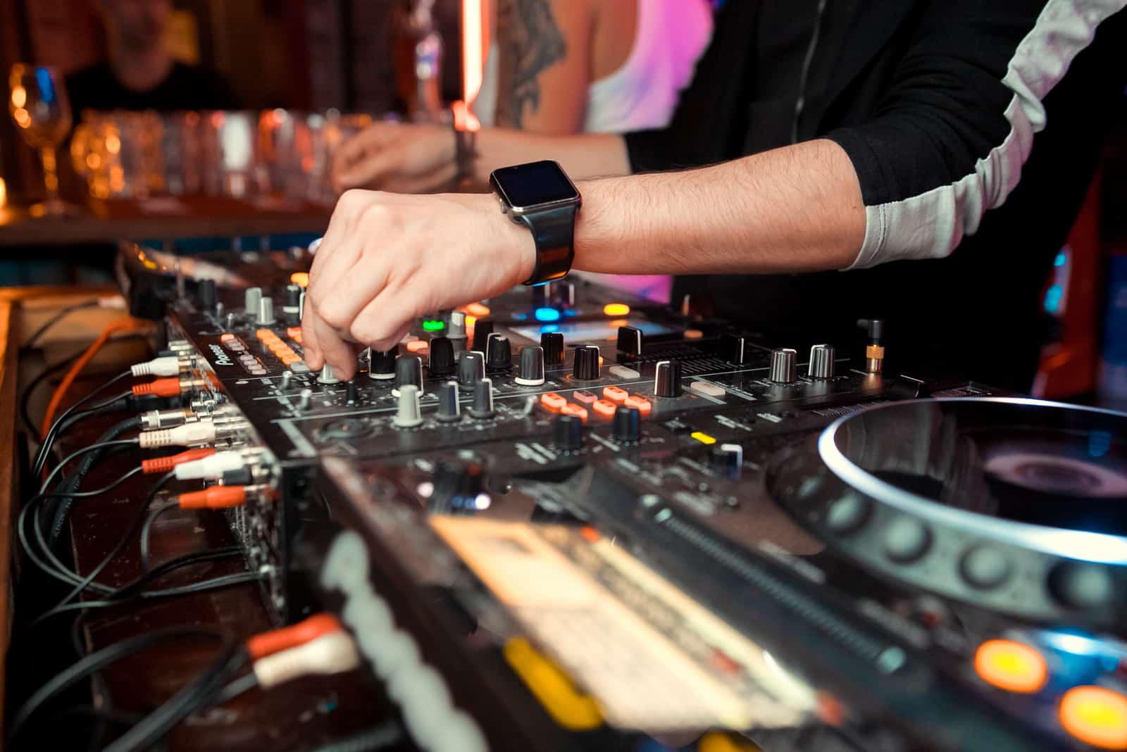 DJ bei der Hochzeit spielt Musik