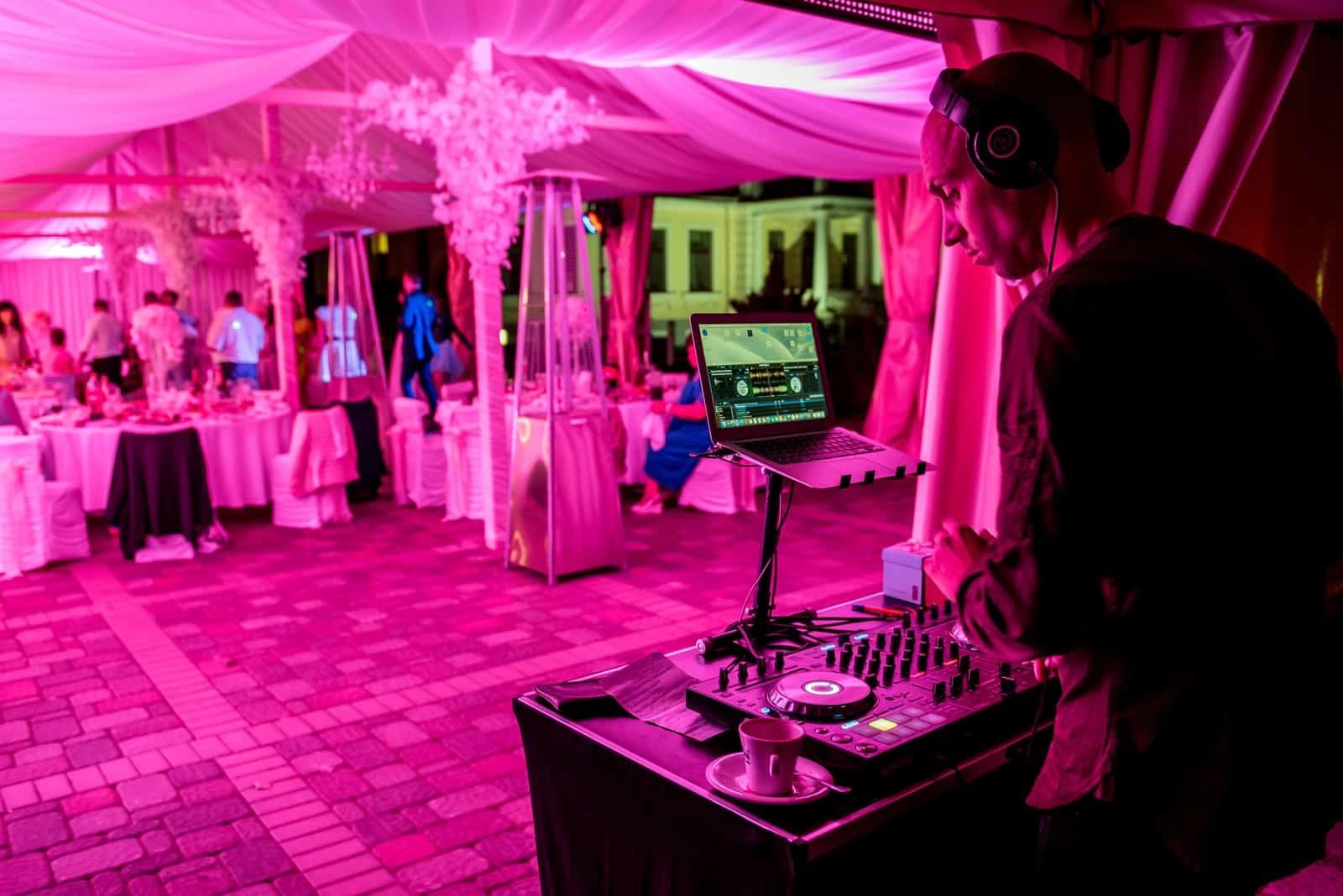 DJ spielt bei der Hochzeit