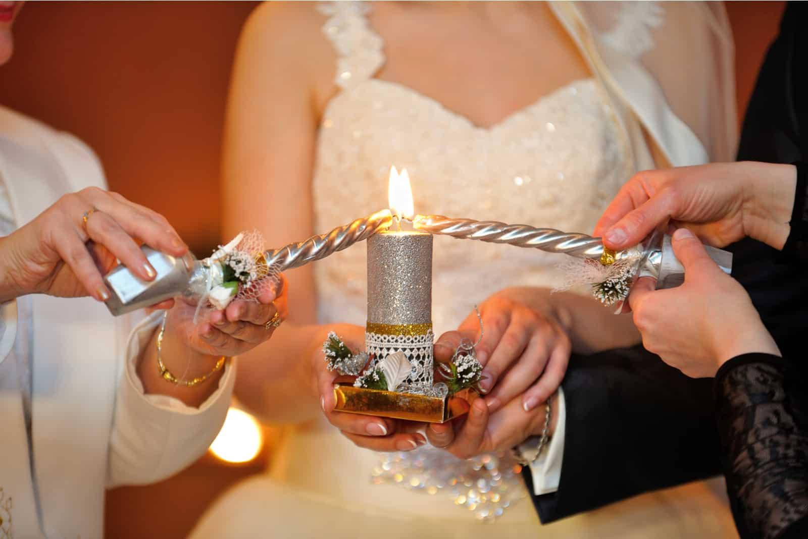 Das Brautpaar zündet eine Kerze an