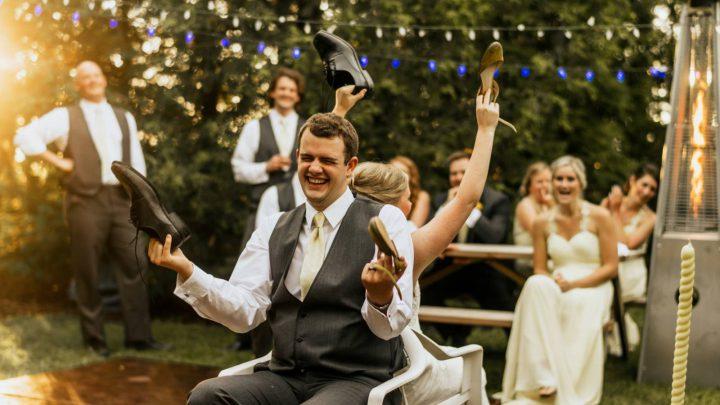 Das Hochzeitsspiel Schuhe heben: die witzigsten Fragen an das Brautpaar