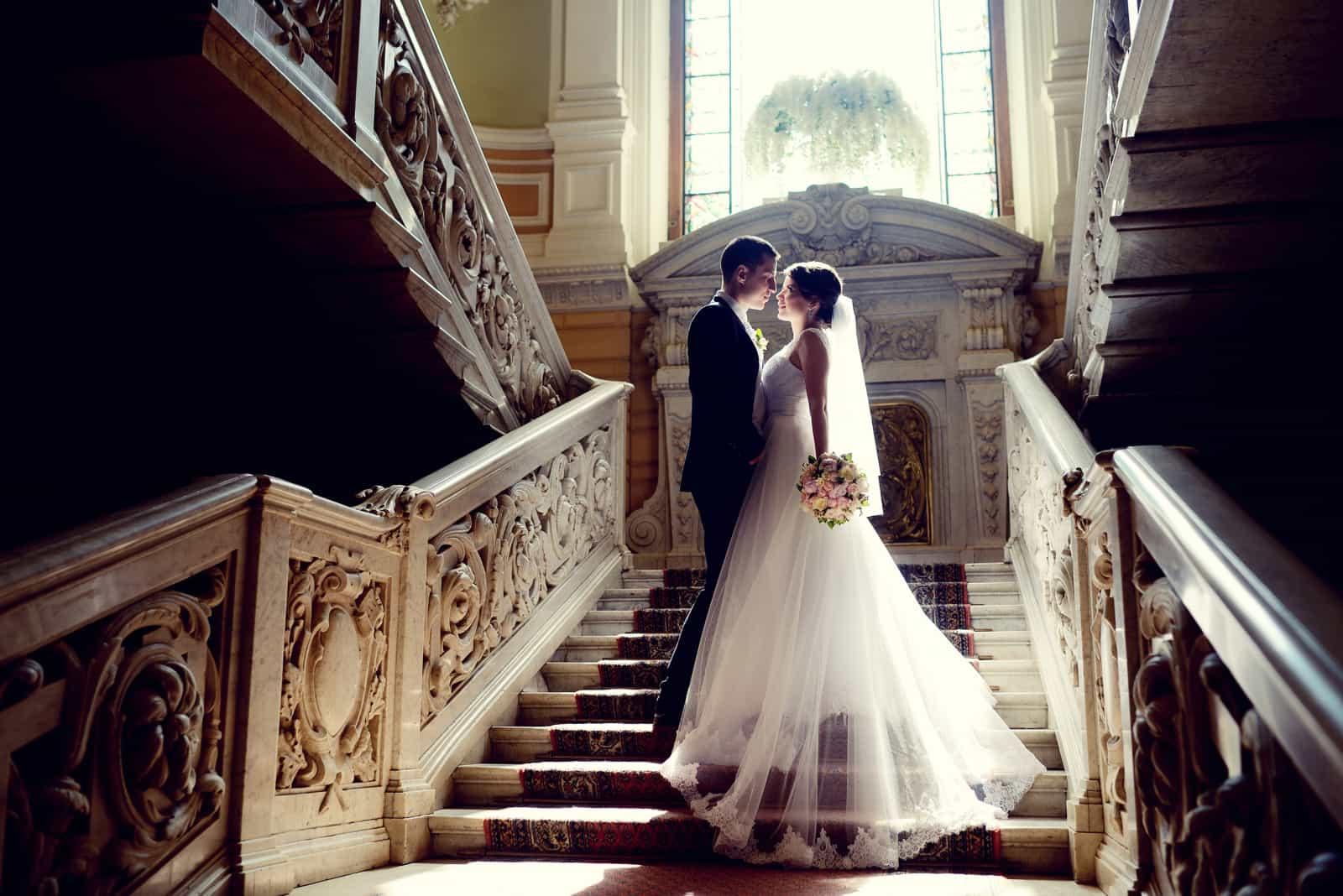 Das Paar ist auf der Treppe abgebildet