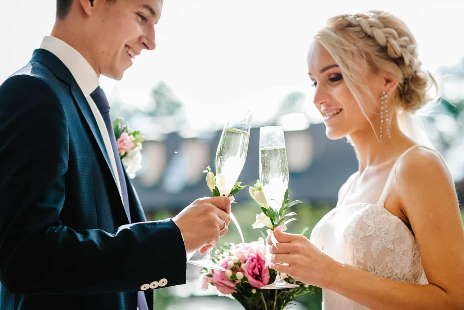 Das Paar stößt bei der Hochzeit an