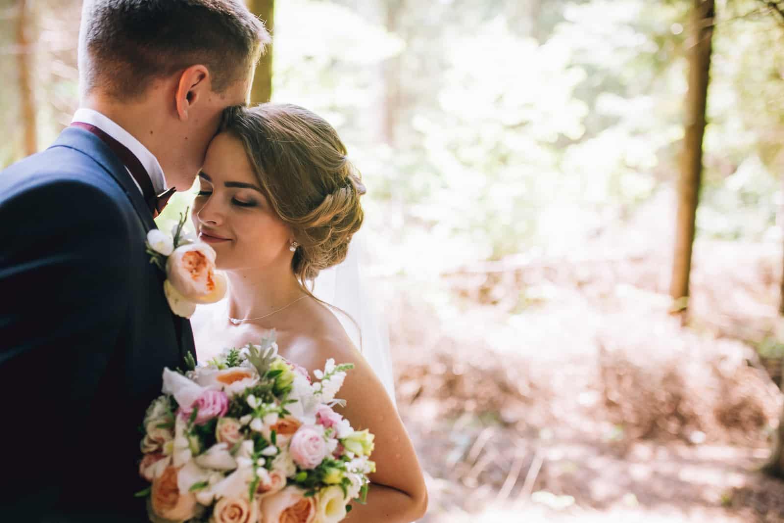 Der Bräutigam küsst die Braut auf die Stirn (2)
