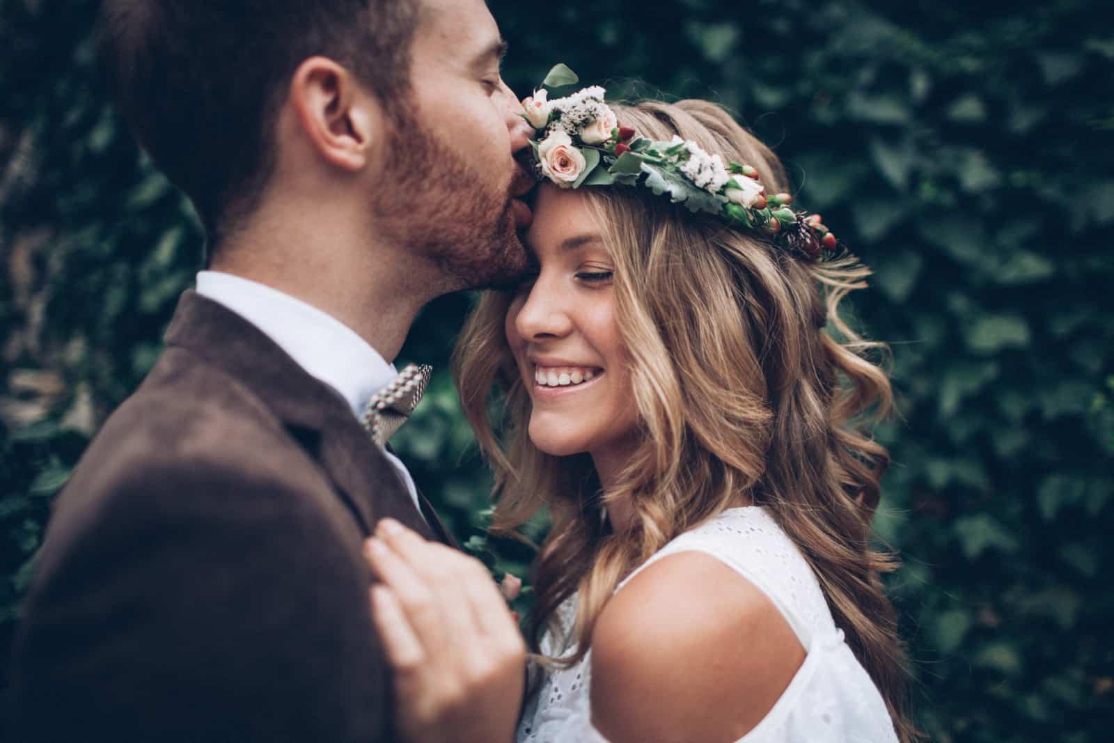 Der Bräutigam küsst die Braut auf die Stirn (3)