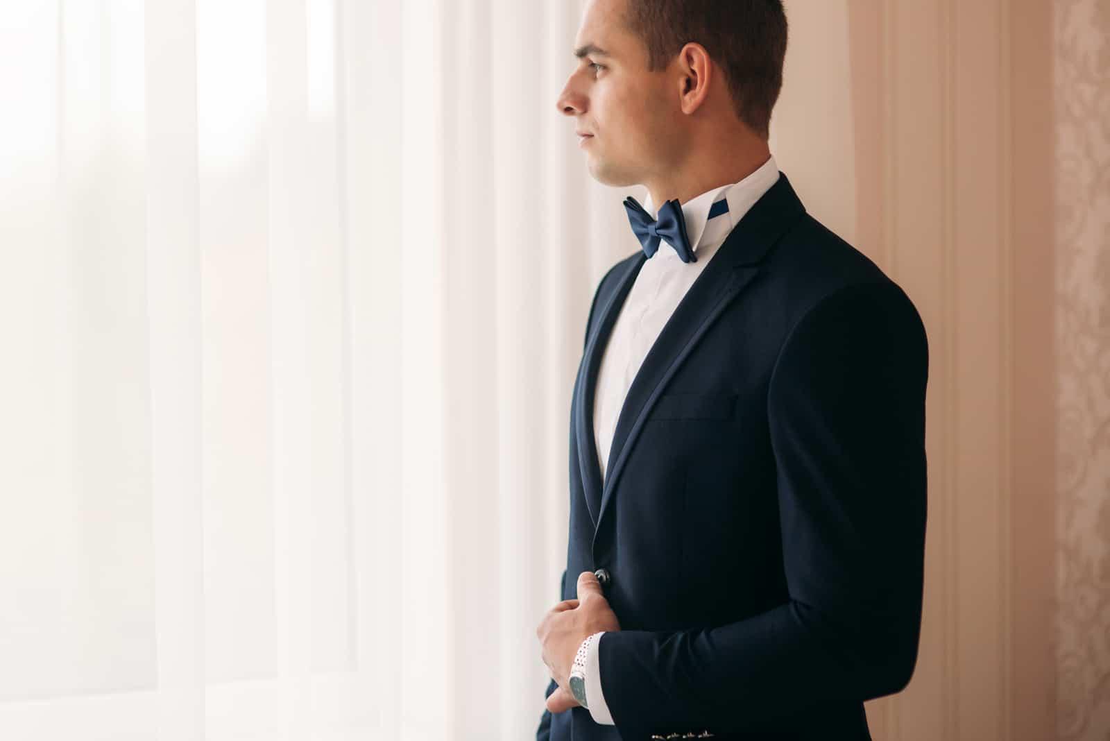 Der Bräutigam steht am Fenster