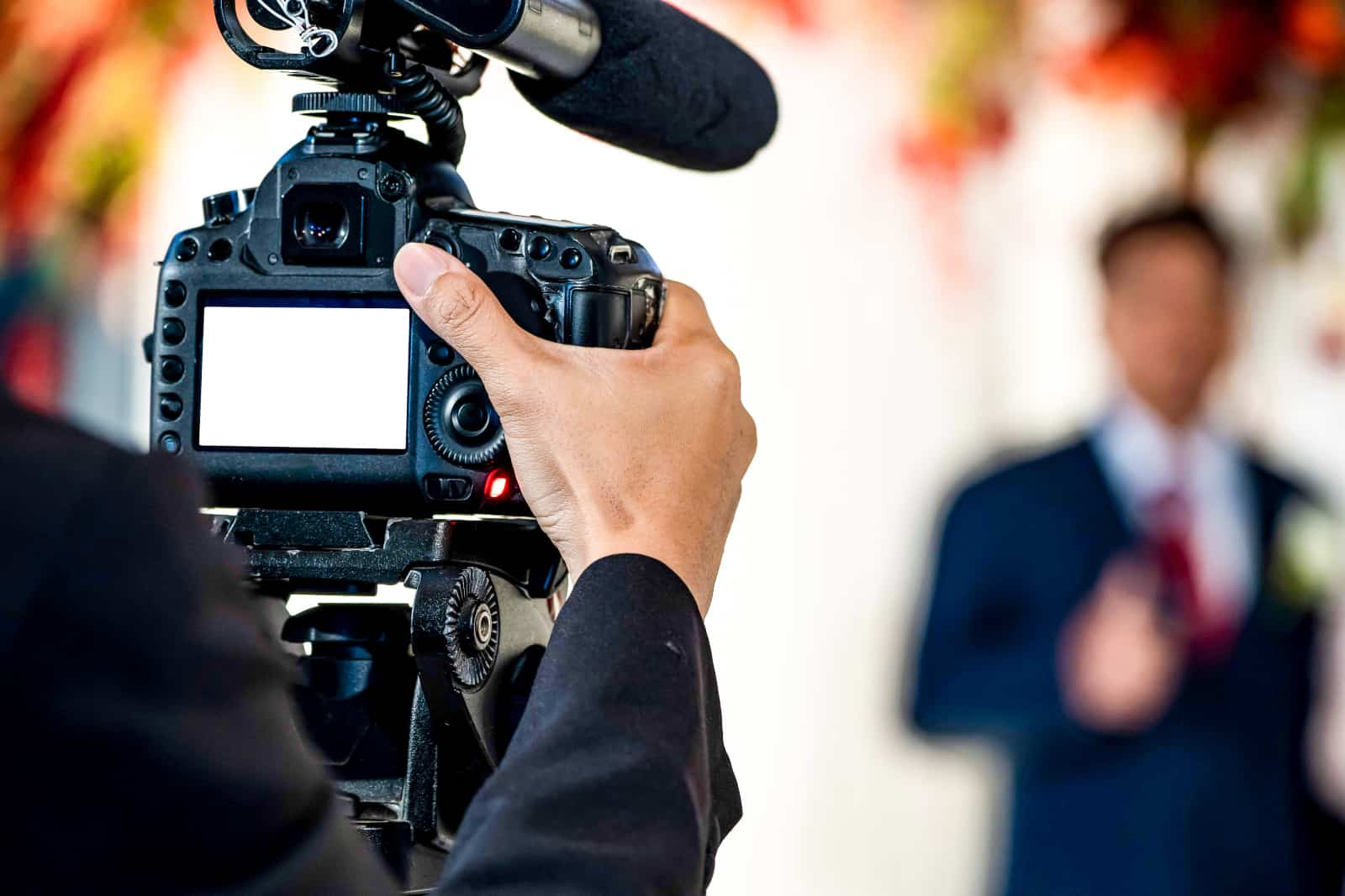 Der Kameramann erschießt den Bräutigam und wartet auf die Braut