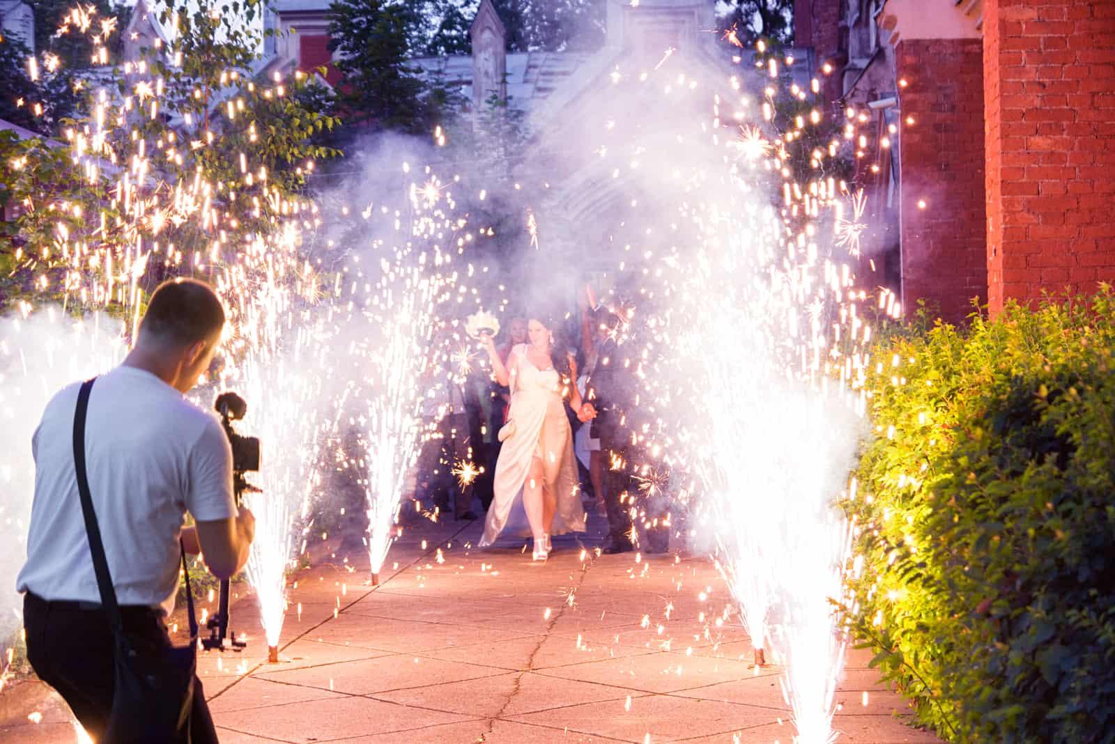 Der Kameramann schießt ein Brautereignis im Feuerwerk