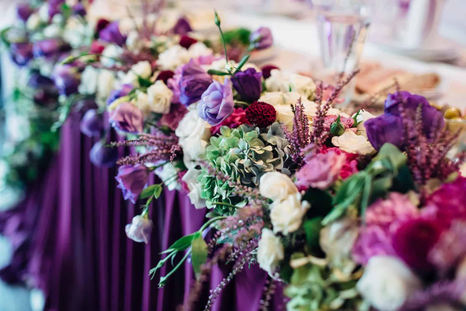 Die Blumen liegen auf dem Hochzeitstisch