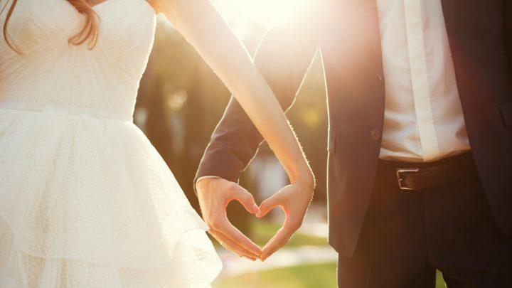 Paar, das mit seinen Händen Form von Herzen macht