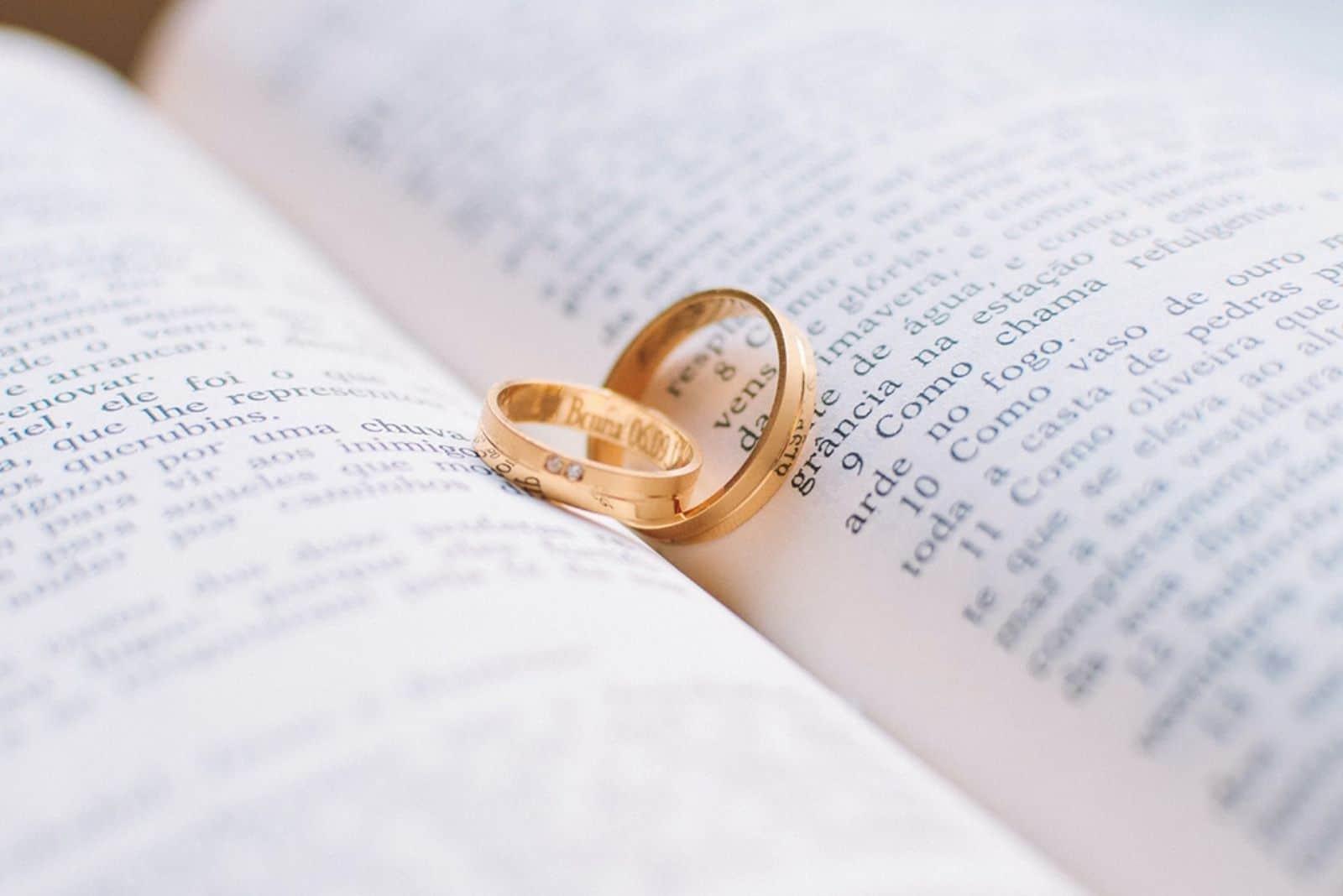 Eheringe auf Bibel