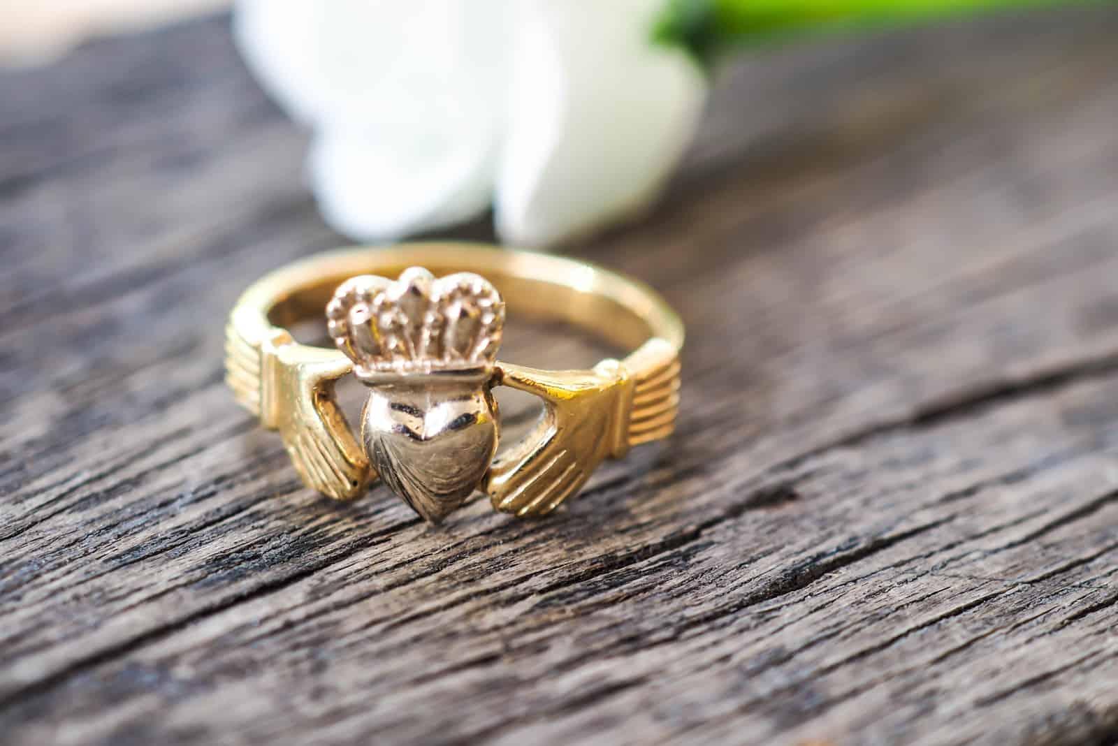 Ein Claddagh Ring of Irish ein traditioneller Ring für Liebe und wahre Liebe