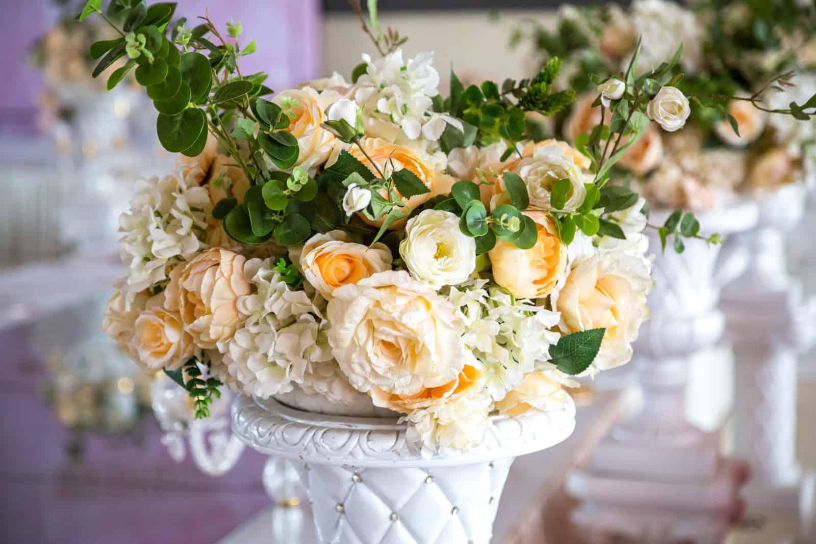 Ein Hochzeitsarrangement mit schönen bunten Blumen