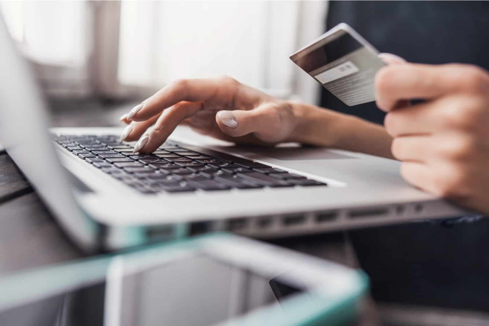 Eine Frau kauft online per Laptop
