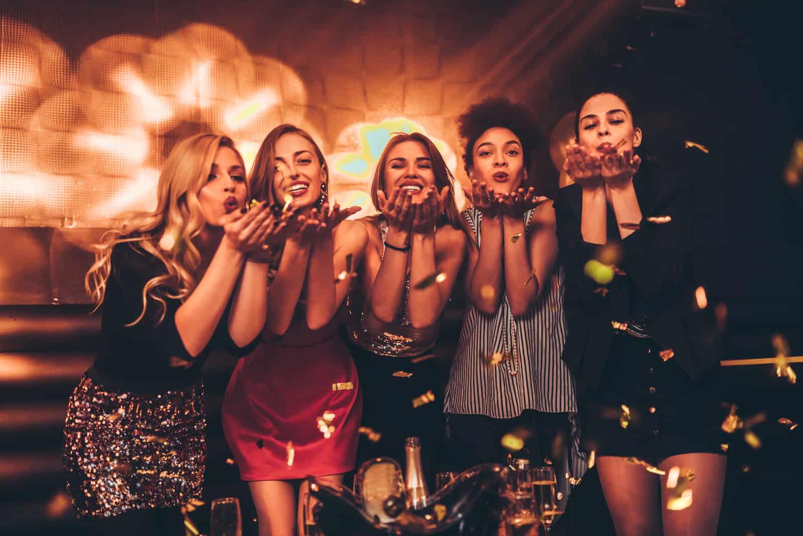 Eine Gruppe von Mädchen hat Spaß in einer Disco
