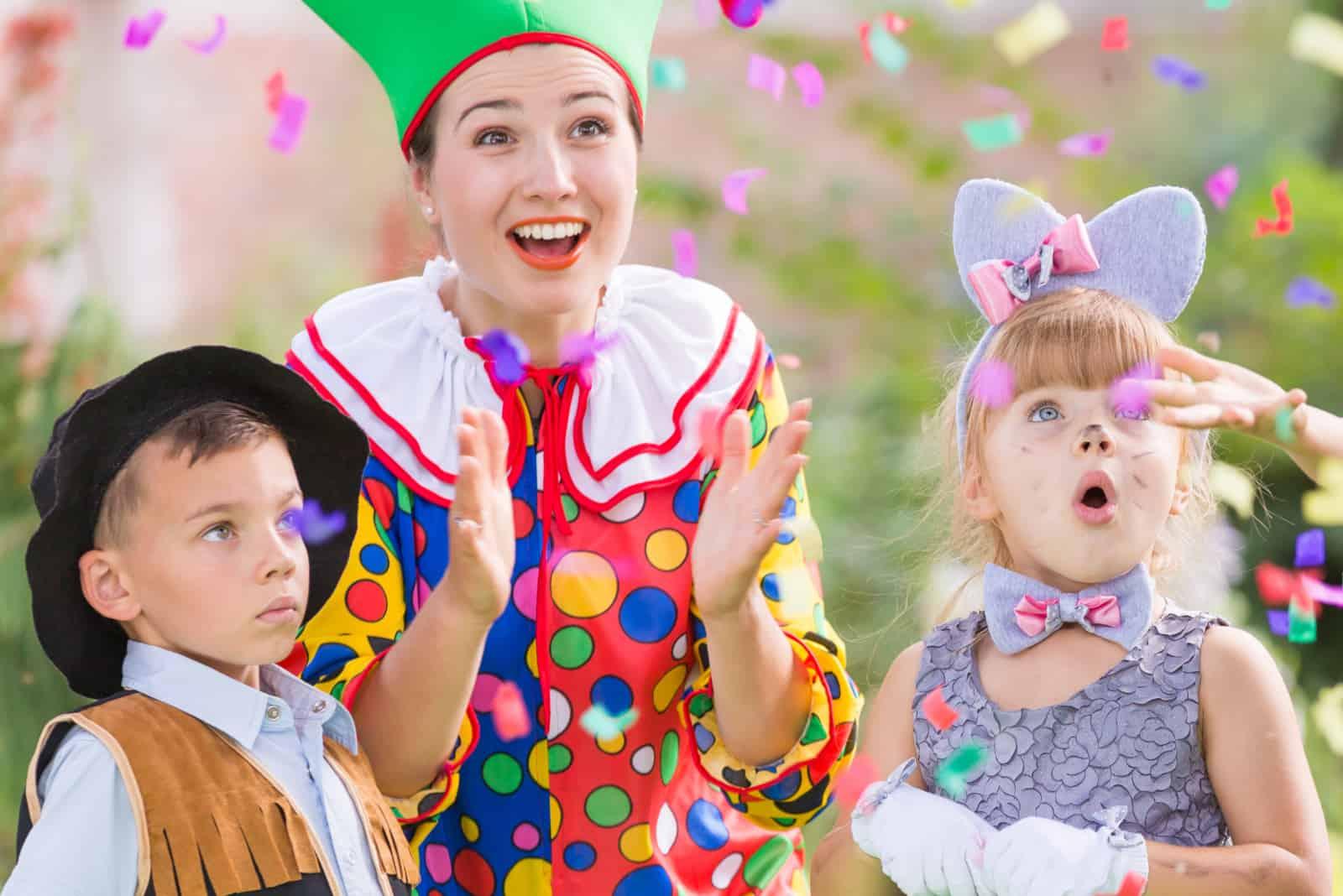 Eine Person in einem Kostüm unterhält die Kinder