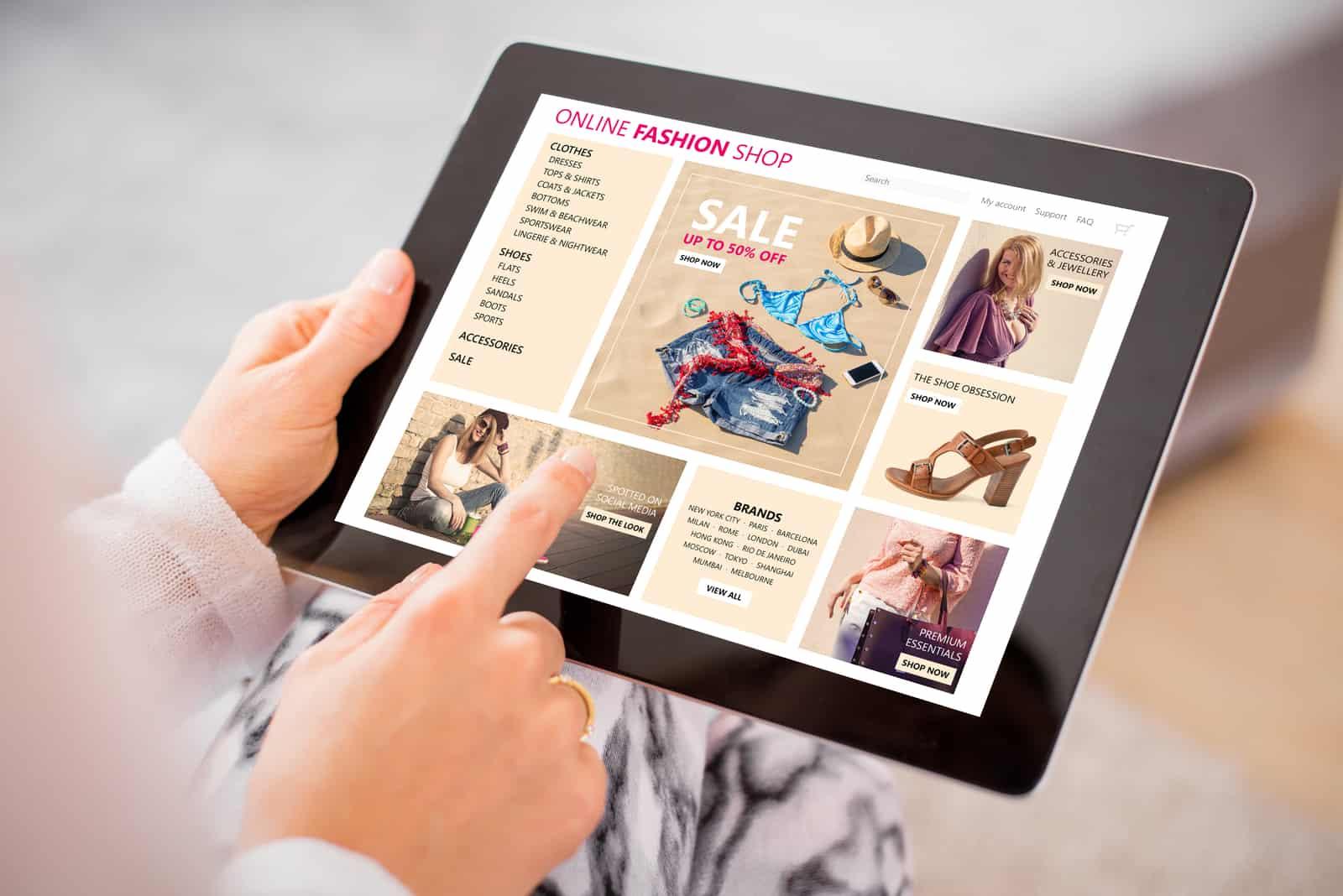 Eine Person kauft online per Tablet