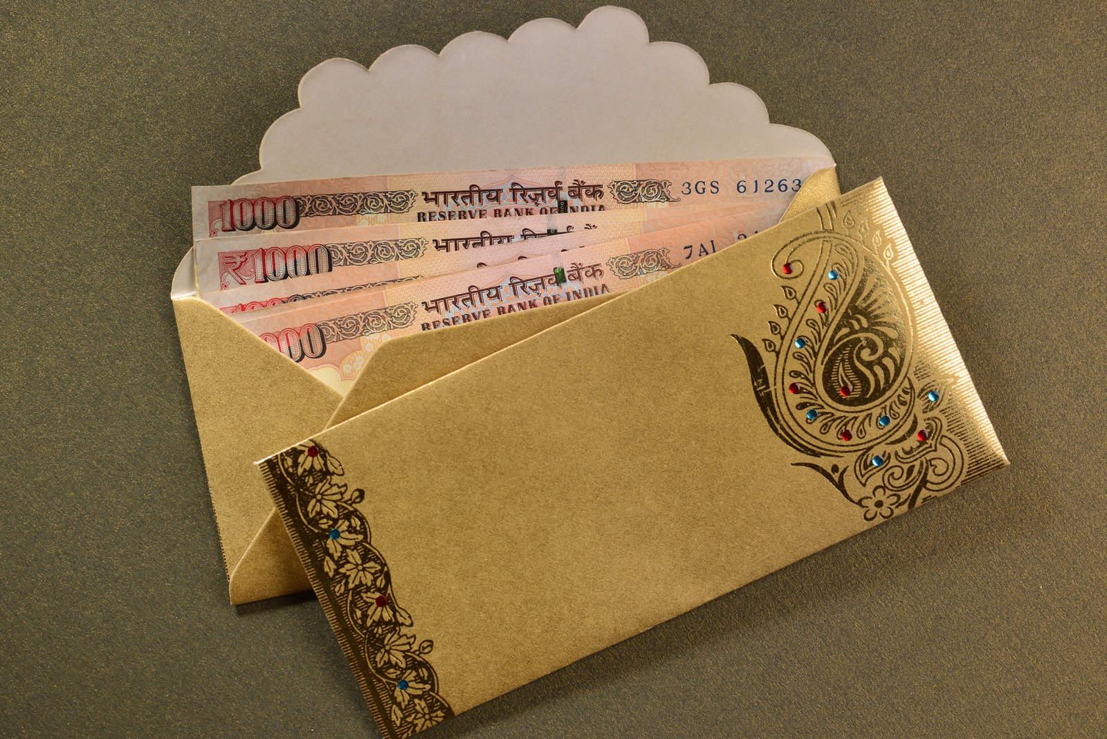 Eintausend Rupien in dekorativen goldenen Umschlägen.