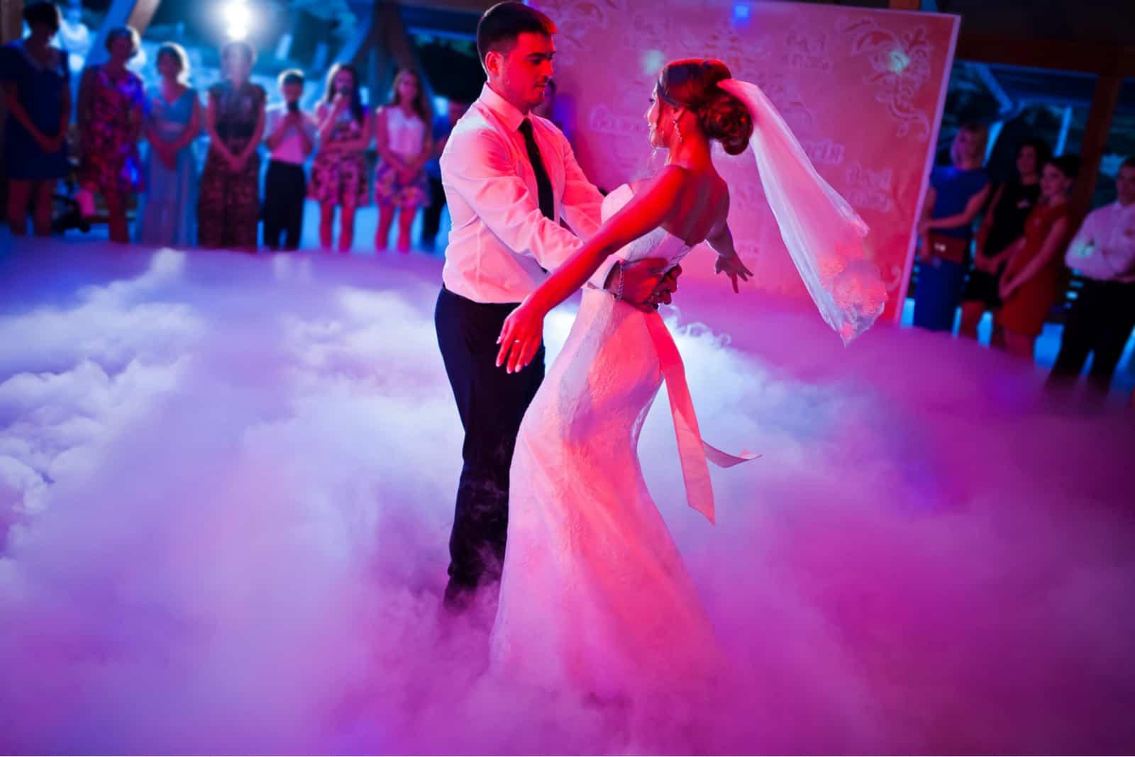 Erstaunlicher erster Hochzeitstanz auf starkem Rauch
