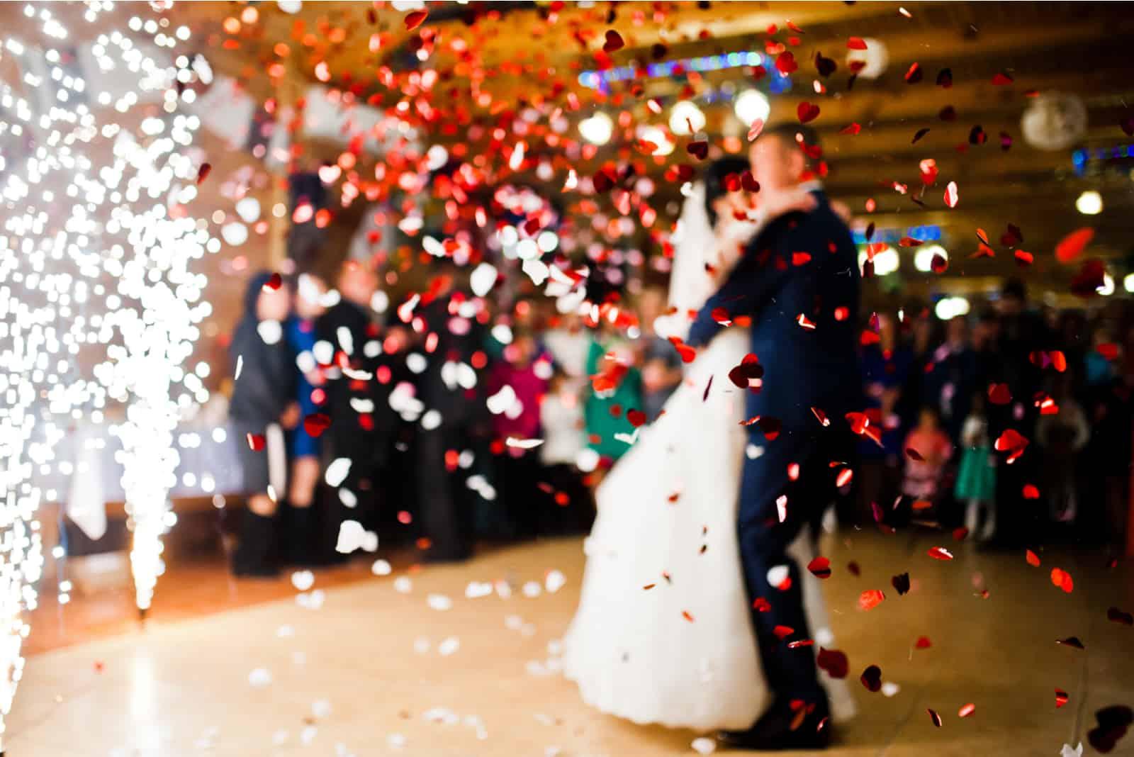 Erster Hochzeitstanz mit Feuerwerk und Konfetti
